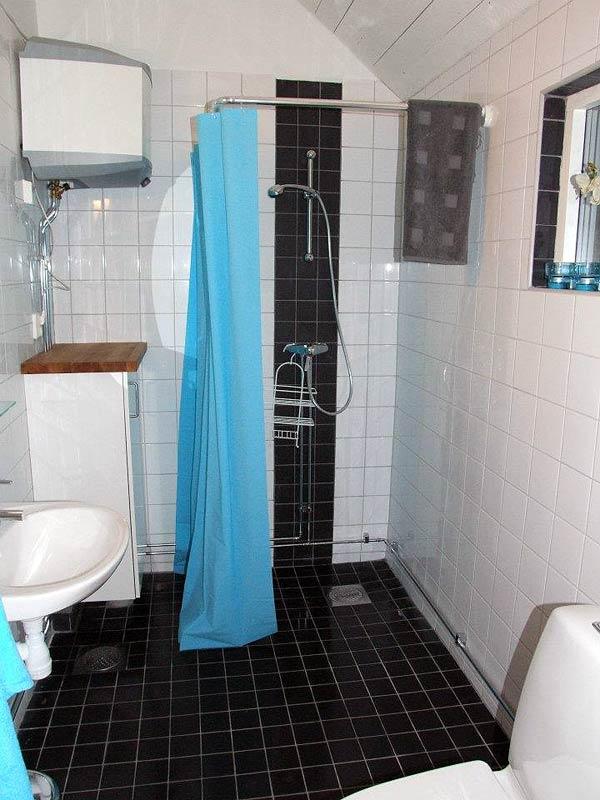 Stuga Lilla Steninge på Utö har ett fräscht duschrum med WC