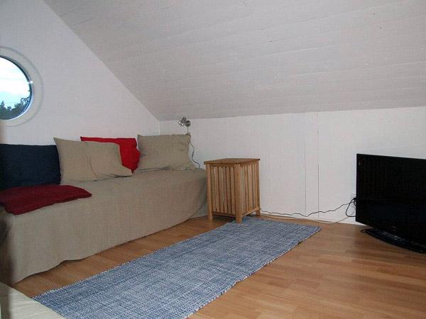 Sovloftet i stuga Lilla Steninge på Utö ger plats för två till. Här finns även en TV!